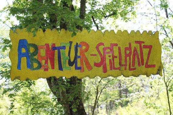 Schild am Baum: Abenteuer-Spielplatz